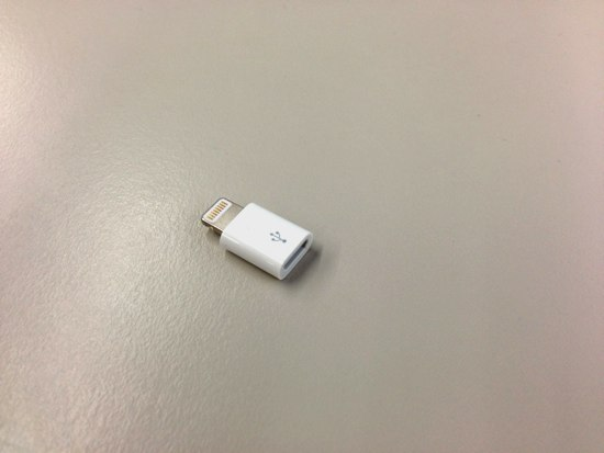 Lightning to Micro USB Adapterは小さい